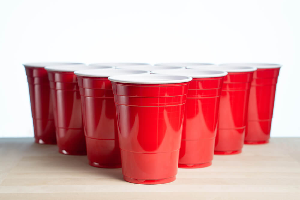 Red_cups_opstillet_til_beer_pong