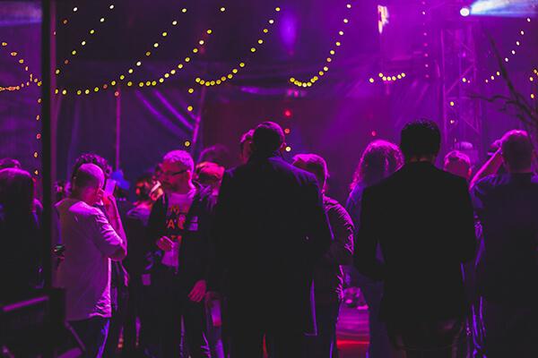 Personer med lyd og lys i baggrunden